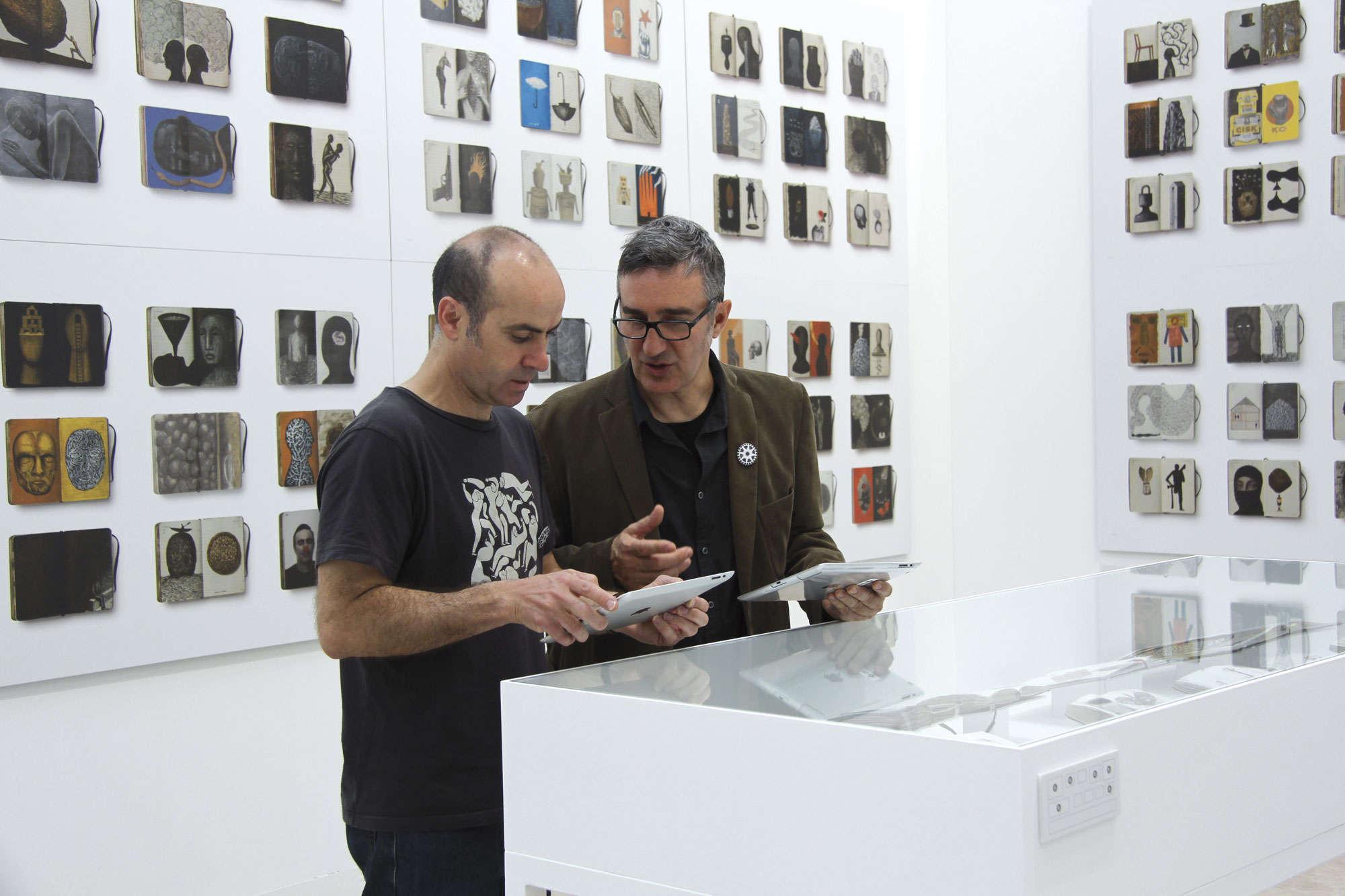 Isidro Ferrer y Pep Carrio viendo la exposicion