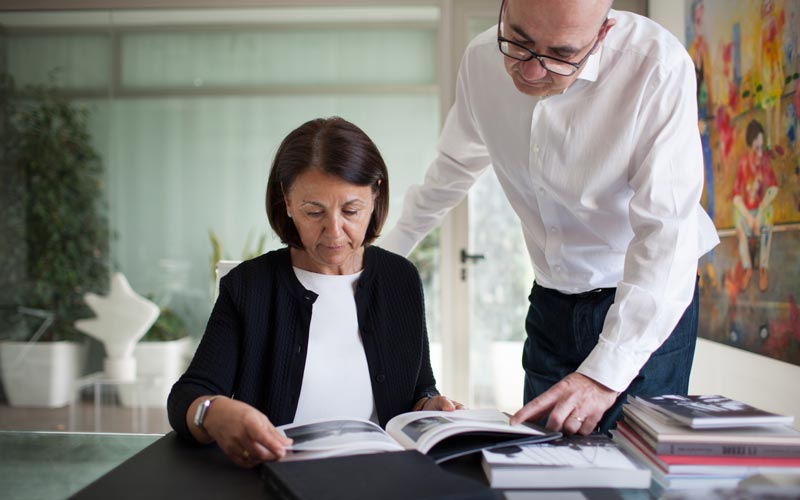 Mariví Borreda y Juan Senent ojeando un libro