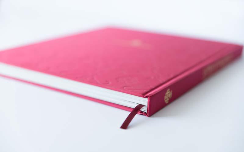 libro encuadernado en tapa dura con seda
