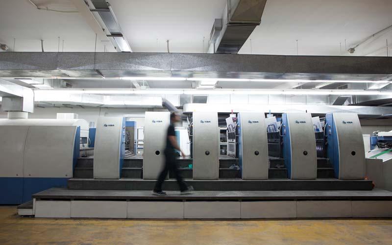 vista lateral de la máquina de impresión offset