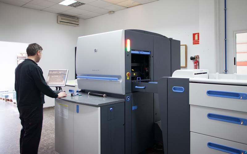 preparando la máquina de impresión digital