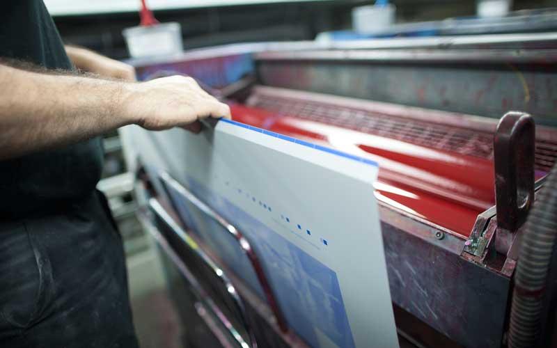 cargando una plancha de litografía offset
