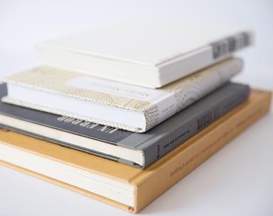 libros tapa dura apilados