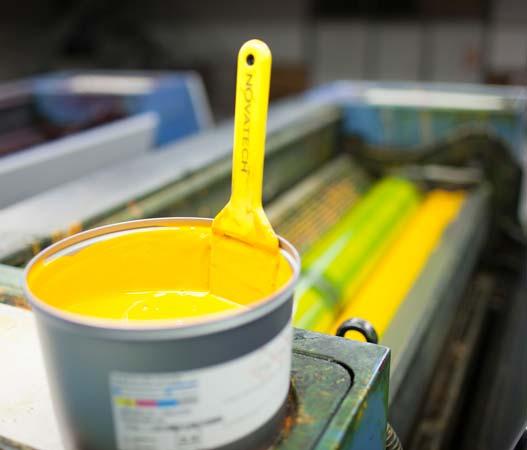 Bote de tinta amarillo