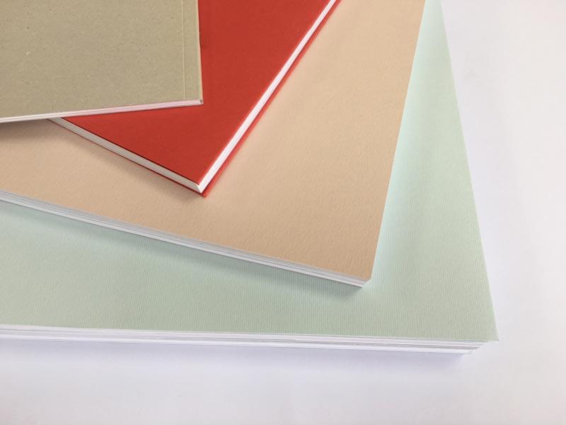 papeles de colores de calidad en la portada, toque de distincion