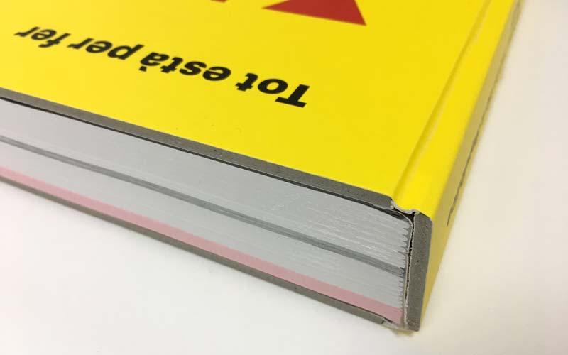 Detalle de cartón del lomo del catálogo Tot està per fer, València Capital de la República