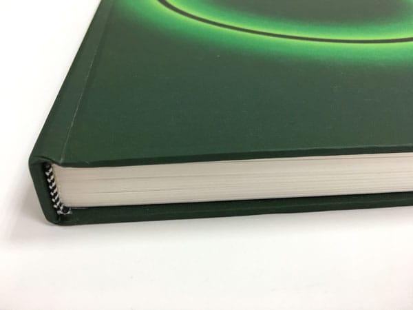 detalle de la encuadernación del catálogo de yturralde