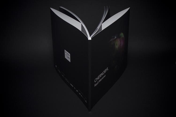 Detalle de encuadernación del fotolibro de Raúl Moreno