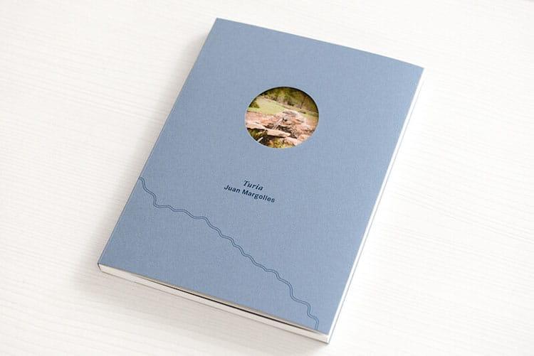 Ejemplo de libro cosido con tapa blanda y sobrecubierta