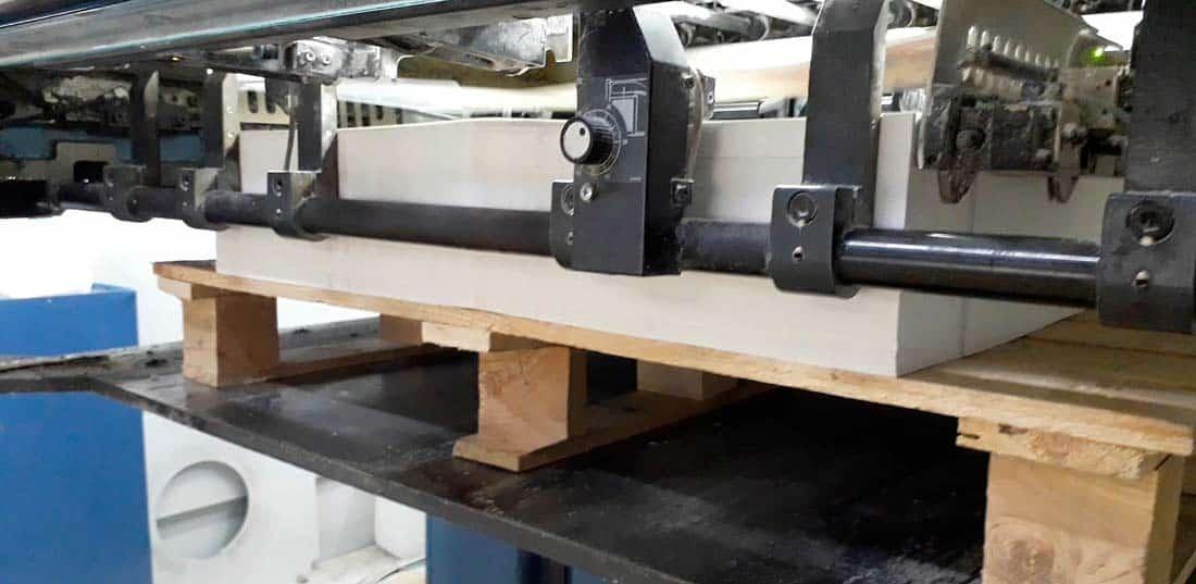 maquina imprimiendo pliegos
