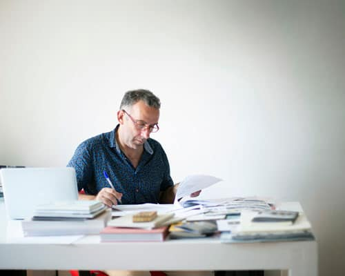 editor valorando un libro