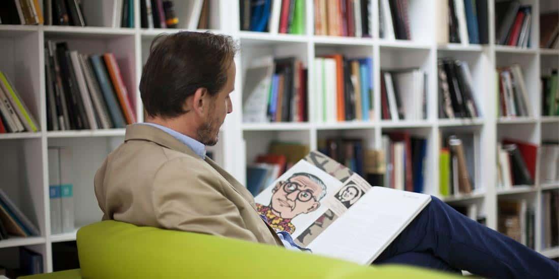 cliente satisfecho leyendo un libro editado en nuestra editorial