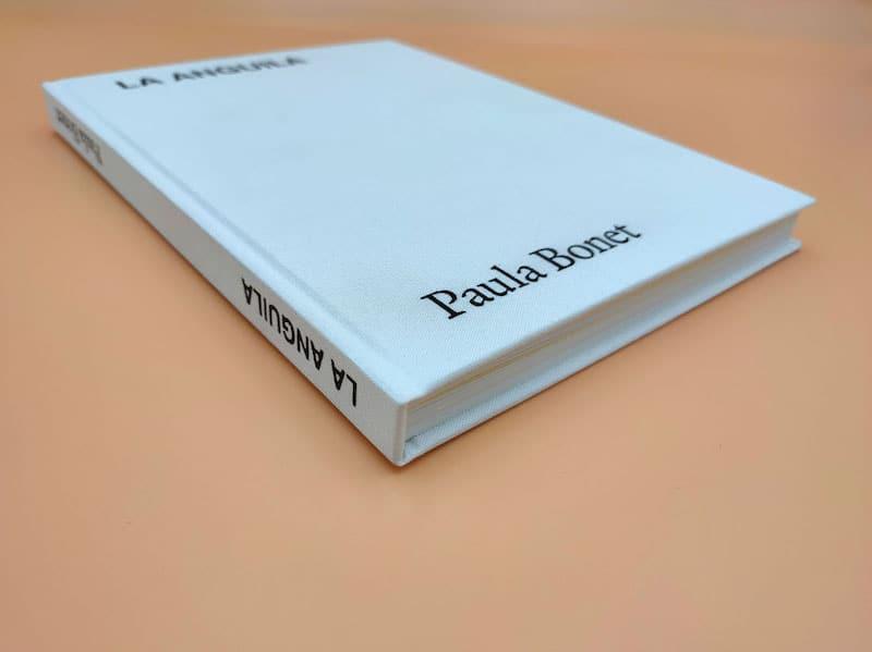 Libro con tapa dura forrada en tela e interior rústica cosida con desplegables.