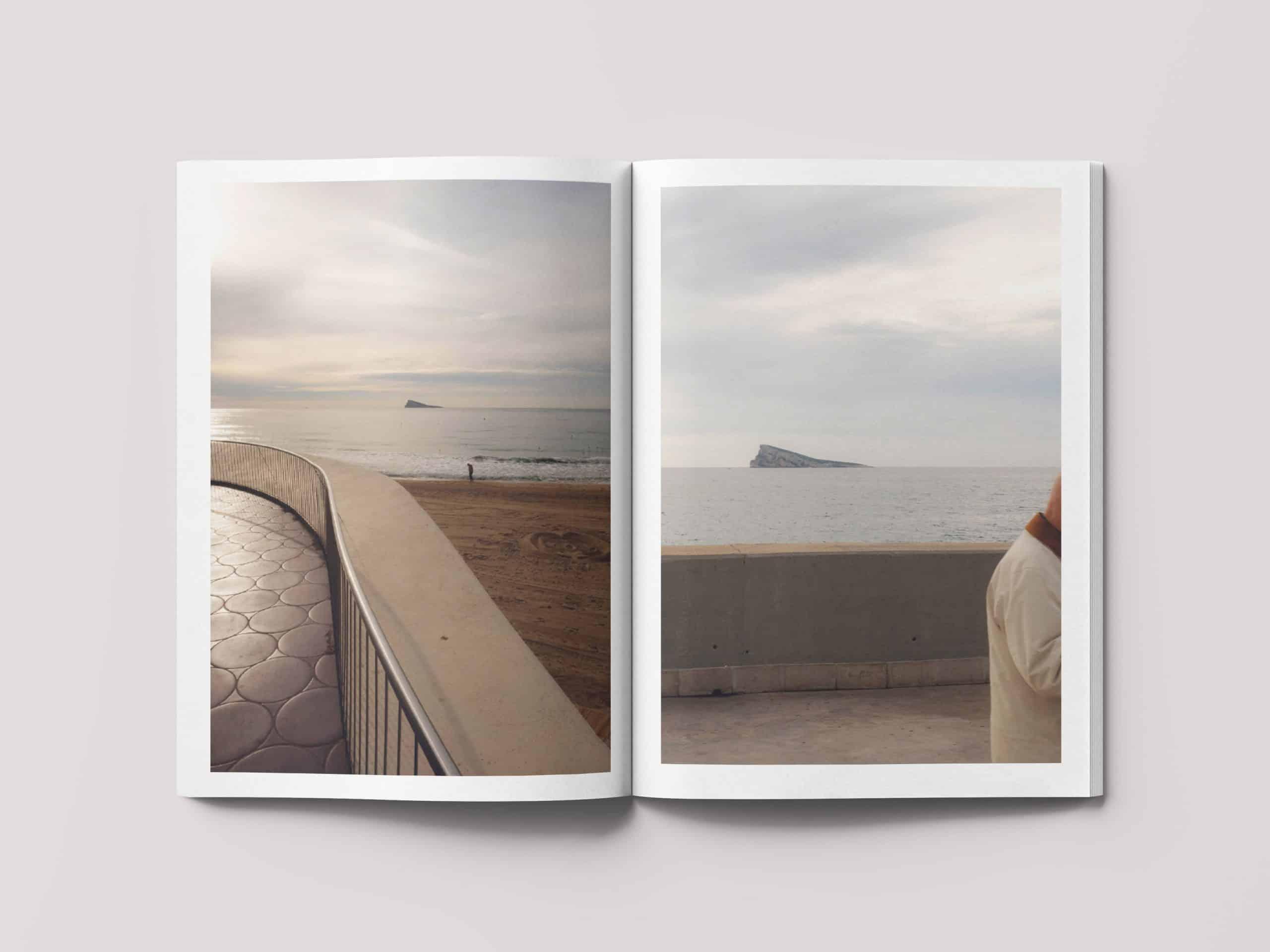 Doble página del libro de fotografía l'Illa