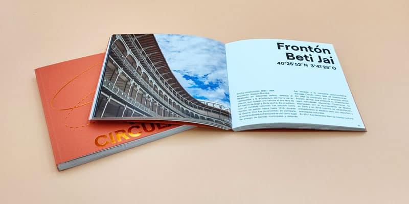 doble pagina del libro de fotografia donde se ve el centro Fronton Beti Jai