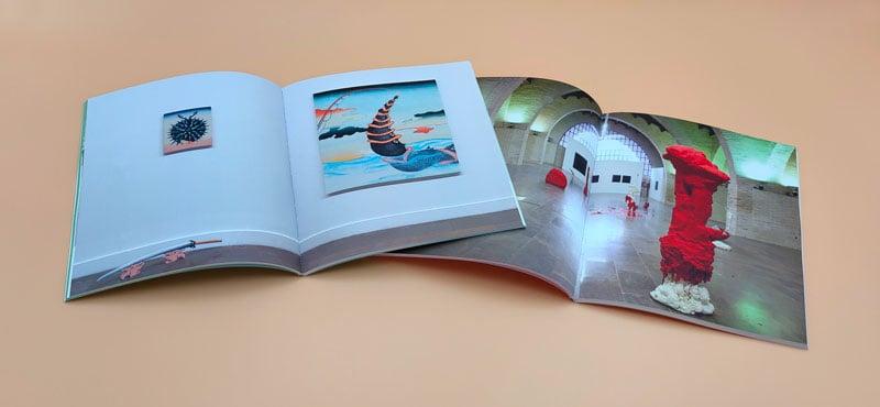 Doble página de los catalogos con fotos de la exposición