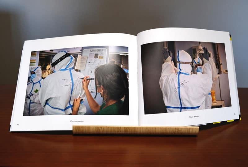 doble página interior del fotolibro La UCI en tiempos de pandemia