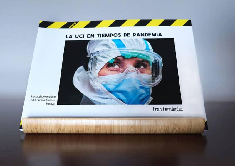 Portada del fotolibro La UCI en tiempos de pandemia en un atril