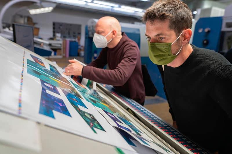 Dulk y Antonio Ballesteros supervisando la impresión