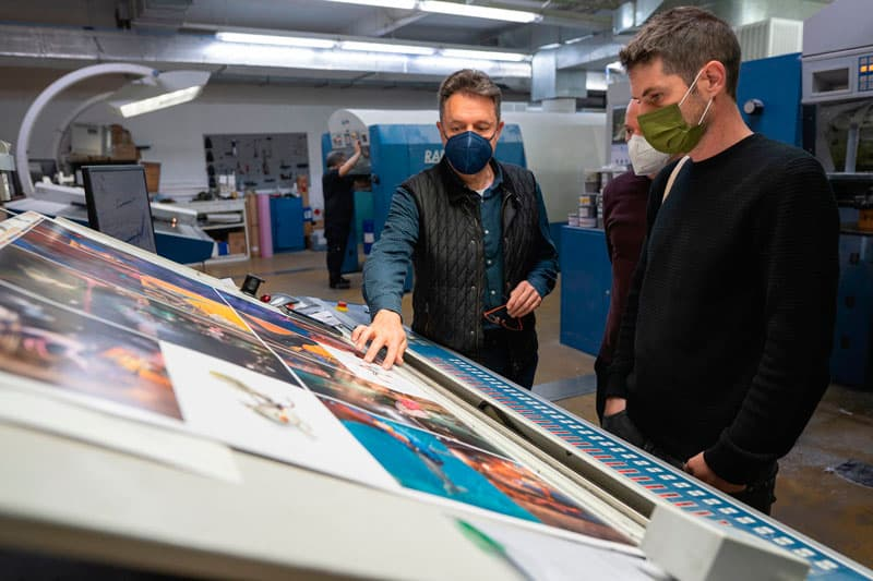 En maquinas revisando el color de impresión