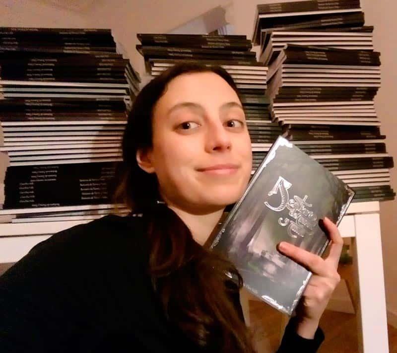 La autora Clara Diez Valls con el libro ilustrado